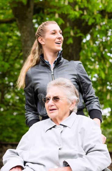 Osoba starsza z opiekunką